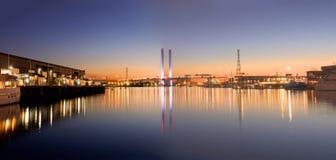 sworzniowy most odbijający w melbournes yarra rzece zdjęcie stock