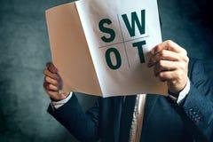 SWOT van de zakenmanlezing analyserapport Royalty-vrije Stock Foto's