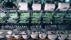 Sy clews med vita trådar som roterar på textilfabriksmaskiner lager videofilmer