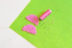 Sy en filtmuffinleksak Dekorera med pärlor Sömnadkursen för ungar arkivbilder
