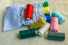 sy för tillbehör Rullar ihop garner av olik färger och vit po Arkivfoto