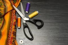 Sy hjälpmedel: färgrik torkduk saxen och sömnadsatsen inkluderar trådar av olika färger, fingerborg och annan sy tillbehörnolla royaltyfri bild