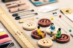 Sy hjälpmedel och miniatyrkvinnor Arkivbilder