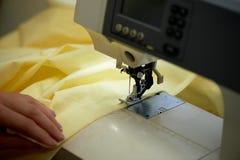 Sy kläder på en skrivmaskin, slut Atelier individuell inställning arkivfoto