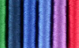 Sy mångfärgad bakgrund för trådar Royaltyfria Foton