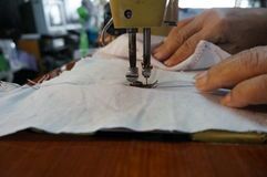 Sy på den gamla symaskinen Arkivfoto