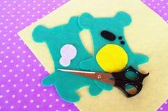 Sy projektet för barn Modeller för nallebjörn som klipps från filt Hur man gör en mjuk leksak hemmastadd Steg-för-steg Arkivbilder