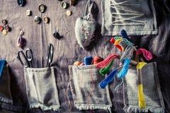 Sy som är mattt med trådar, sax och knappar i skräddareseminarium Royaltyfri Foto
