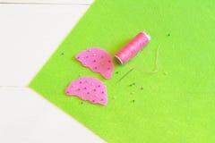 Sy uppsättningen för filtmuffin - hur man gör en muffinleksak handgjord Arkivbild