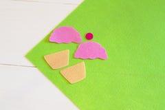 Sy uppsättningen för filtmuffin - hur man gör en muffinleksak handgjord Arkivbilder