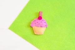 Sy uppsättningen för filtmuffin - hur man gör en muffinleksak handgjord Royaltyfri Bild