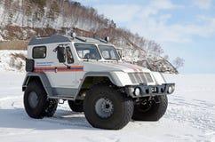Syberia Rosja, Styczeń, -, 28 2016: Samochód Baikal drużyna ratownicza i rewizja jest na obowiązku na lodzie Jeziorny Baikal Fotografia Royalty Free