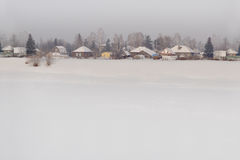 Syberyjska wioska w zimie Tło Zdjęcia Royalty Free