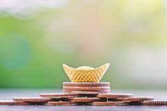 Sycee del oro o lingote chino del barco del yuanbao en la pila de monedas Fotos de archivo