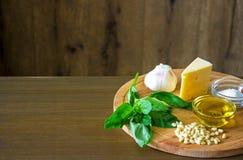 Sycylijscy pesto składniki na drewnianym stole Zdjęcia Stock