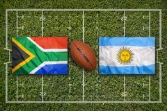 Sydafrika vs Argentina flaggor på rugbyfält royaltyfri fotografi