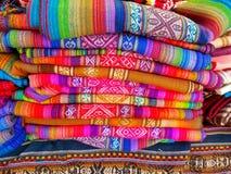 Sydamerika indier vävde tyger Färgrika handgjorda infödda filtar arkivbild