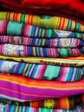 Sydamerika indier vävde tyger Färgrika handgjorda infödda filtar royaltyfria bilder
