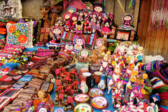 Sydamerika souvenir, färgrika dockor Royaltyfri Foto