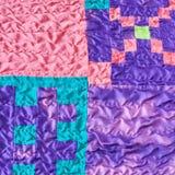 Sydde stycken av tyger i sydd siden- patchwork Arkivfoton