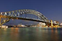 Sydeney-Hafen-Brücke in der Abendatmosphäre Stockbilder