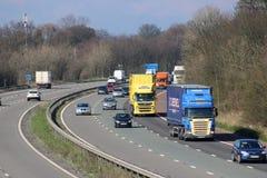 Sydgående trafik på motorwayen som M6 passerar Scorton Arkivbild