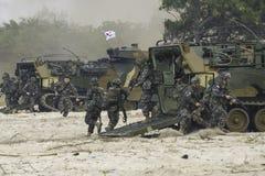 Sydkorea infanteristkörning från det amfibiska medlet för anfall som anfaller mål under den kobraguldmilitärövningen 2018 Royaltyfri Fotografi