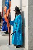 Sydkorea Januari 13, 2016 iklädda traditionella dräkter från Gwanghwamun utfärda utegångsförbud för nolla Fotografering för Bildbyråer