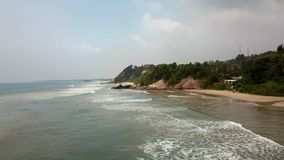 Sydkust av Sri Lanka Surfspot kallade svarta sander royaltyfri foto
