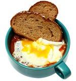 Sydlig frukost, över lätta Fried Egg med vita bönor i tomatsås och Toa Arkivbilder