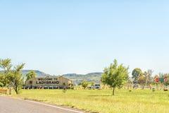 Sydlig ingång till Ladybrand i den östliga fria statliga Provincen Arkivfoton