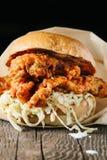 Sydlig stil för stekt kycklingsmörgås Royaltyfri Bild