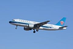 Sydliga flygbolag B-6815, landning för flygbuss A320 i beijing, Kina Royaltyfri Bild
