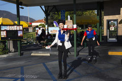 Sydliga Kalifornien, USA, April 12, 2015, bilflygtur, servitris på rollerskates Royaltyfri Bild