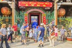 Sydliga Lion Dance på ögonöppningscermoni, pagod för dam Thien Hau, Vietnam Royaltyfria Bilder