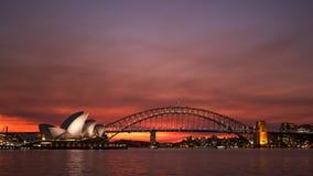 SYDNEY, AUSTRÁLIA - 1º DE JULHO DE 2014: por do sol vermelho brilhante do teatro da ópera de sydney imagens de stock