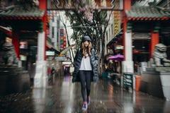 Sydney, Austrália - 25 de fevereiro de 2017: Mulher que cruza o arco do bairro chinês em Sydney, Austrália Imagens de Stock