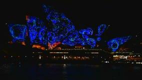 Sydney, Austrália - 10 de junho de 2016: O teatro da ópera, parte do local do patrimônio mundial do UNESCO é iluminado durante o  video estoque