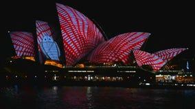 Sydney, Austrália - 10 de junho de 2016: O teatro da ópera, parte do local do patrimônio mundial do UNESCO é iluminado durante o  filme