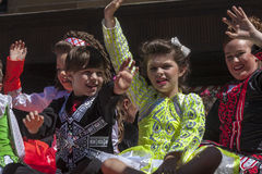 SYDNEY, AUSTRÁLIA - 17 de março: Crianças que acenam durante a pancadinha do St Foto de Stock