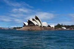 SYDNEY, AUSTRÁLIA - 22 DE MARÇO: Vista lateral do teatro da ópera de Sydney Foto de Stock Royalty Free