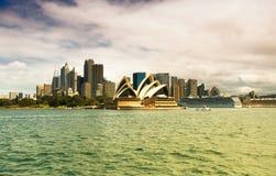 SYDNEY, AUSTRÁLIA - 22 DE MARÇO: Vista lateral do teatro da ópera o mais famoso de Sydney Imagem de Stock