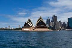 SYDNEY, AUSTRÁLIA - 22 DE MARÇO: Vista lateral do teatro da ópera o mais famoso de Sydney Imagens de Stock