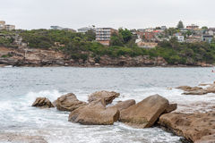 SYDNEY, AUSTRÁLIA - 15 DE NOVEMBRO DE 2014: Praia e rocha de Tamarama em Sydney, Austrália Imagens de Stock Royalty Free