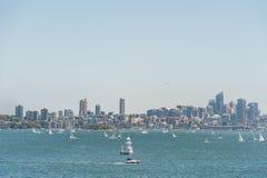 SYDNEY, AUSTRÁLIA - 8 DE NOVEMBRO DE 2014: Sydney Cityscape, arranha-céus do negócio e água com Yach Paisagem Avião em Backgroun Fotografia de Stock Royalty Free