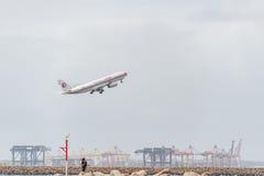 SYDNEY, AUSTRÁLIA - 11 DE NOVEMBRO DE 2014: Sydney International Airport With Take fora do avião Aviões B-6122, Airbus A330-243,  Foto de Stock Royalty Free