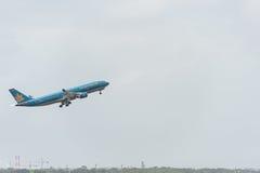 SYDNEY, AUSTRÁLIA - 11 DE NOVEMBRO DE 2014: Sydney International Airport With Take fora do avião Os aviões VN-A377, Airbus A330-2 Fotos de Stock