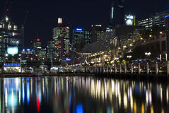 SYDNEY, AUSTRÁLIA - Sept 15, 2015 - opinião da noite Darling Harbour com reflexão Imagens de Stock
