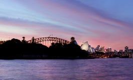 SYDNEY AUSTRALIË - 8 APRIL, 2014; Roze en Rode Zonsonderganghemel over stock foto