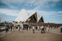 SYDNEY, AUSTRALIË - FEBRUARI 26, 2017: Het Sydney Opera House-gebouw, met partijbezoekers en toeristen rond het op 26 Februari, Royalty-vrije Stock Foto's